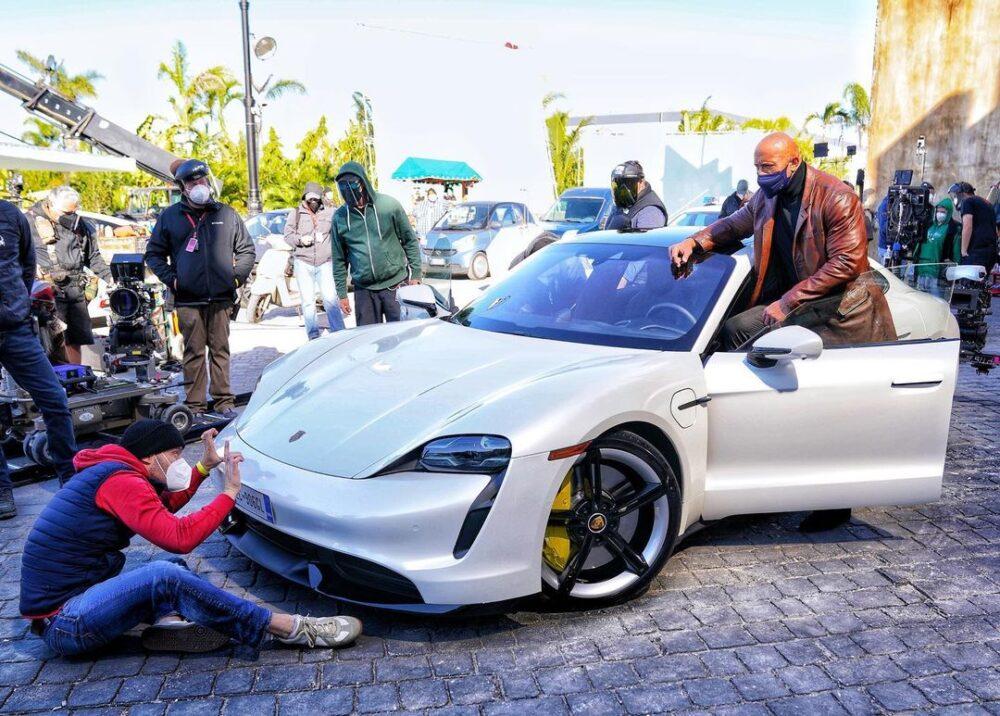 Paran el rodaje la última película de 'La Roca' porque Dwayne Johnson no cabe en el Porsche Taycan