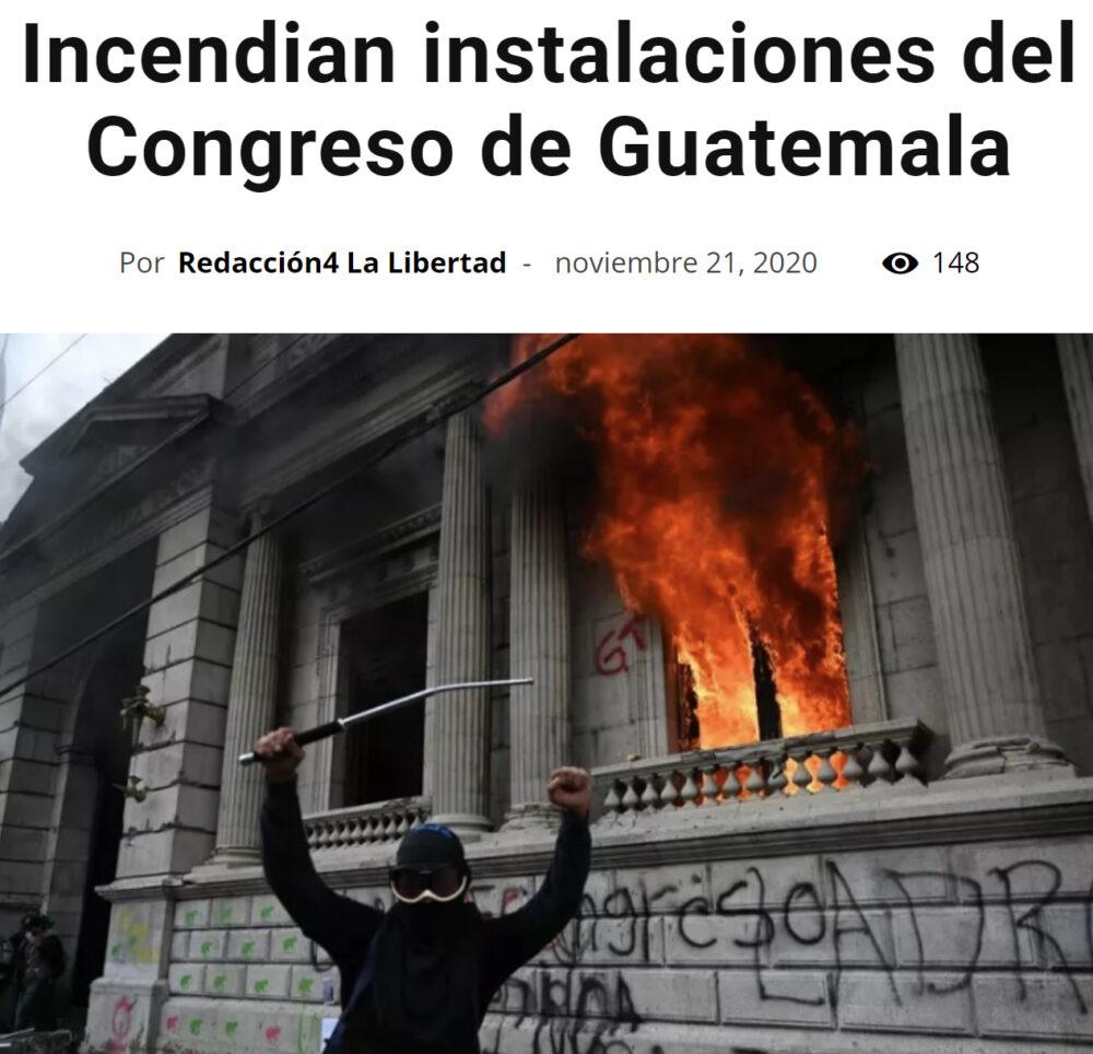 Instalan una guillotina delante del congreso de Guatemala