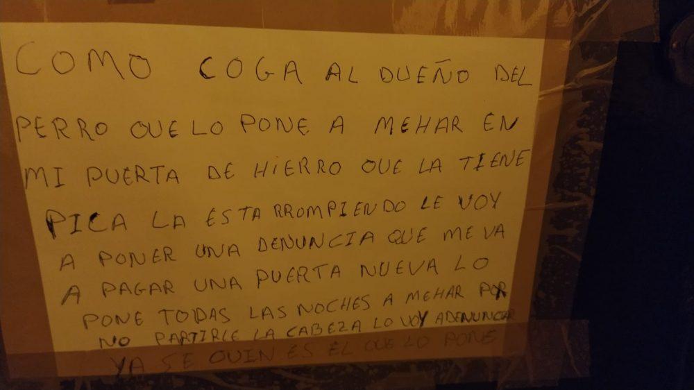 Pérez-Reverte está ingresado después de clavarse dos tenedores incandescentes en los ojos tras leer este cartel
