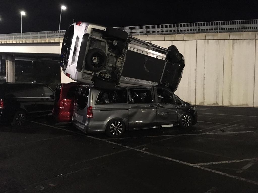 Un pirado ha pillado una excavadora, se ha metido en la factoría de Mercedes de Vitoria, y ha empezado a reventar furgonetas.