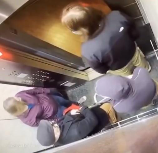 Un hombre entra en un ascensor lleno, le tose en la cara a un anciano, pero... eligió a la persona equivocada
