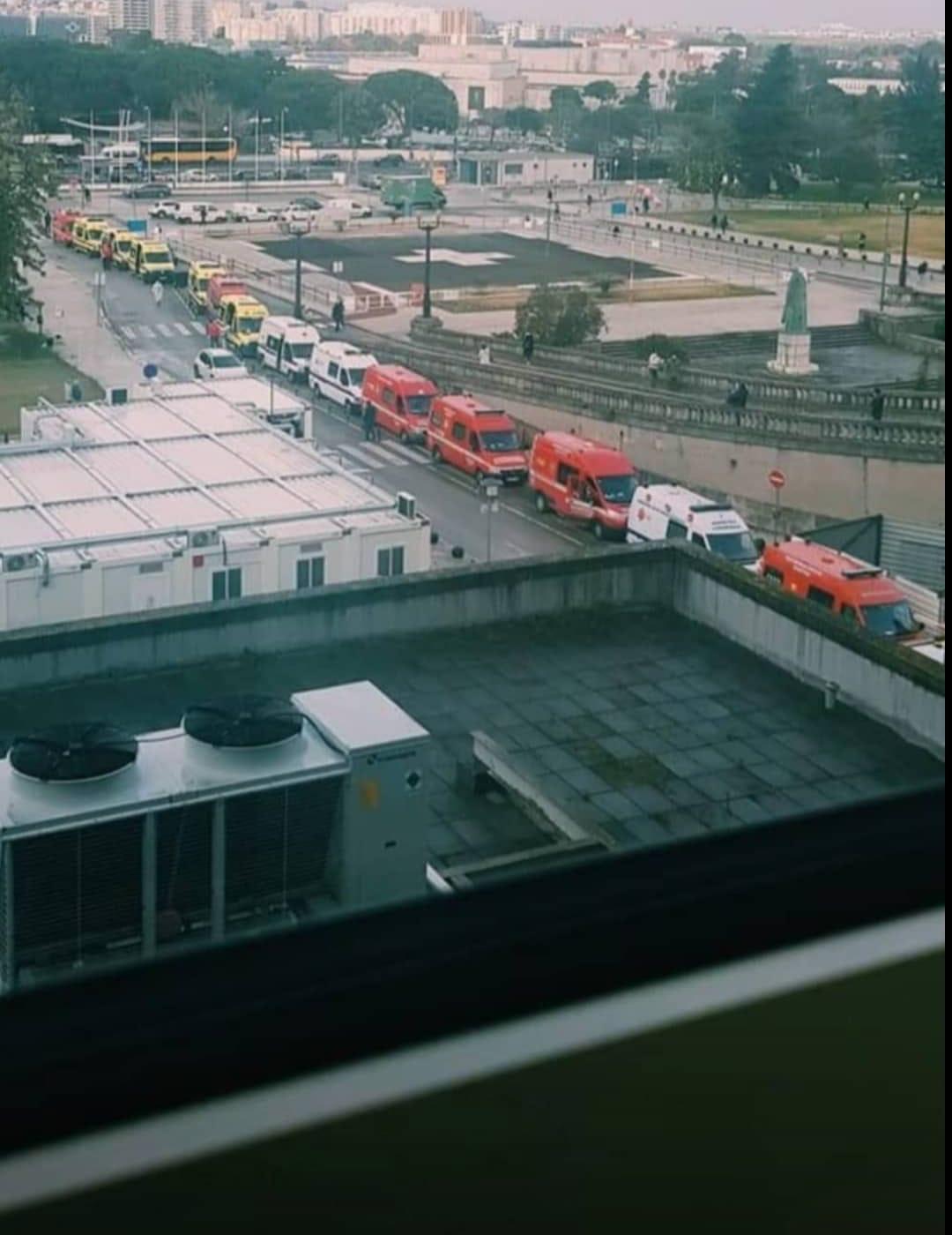 Colas de ambulancias delante del hospital Sta. María en Lisboa, ayer