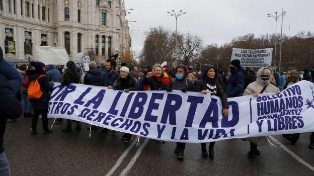 Cientos de personas se manifiestan en Madrid sin mascarilla y con pancartas contra la vacuna