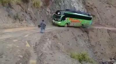 Así se juegan la vida los conductores de autobús peruanos que pasan por ese camino del averno