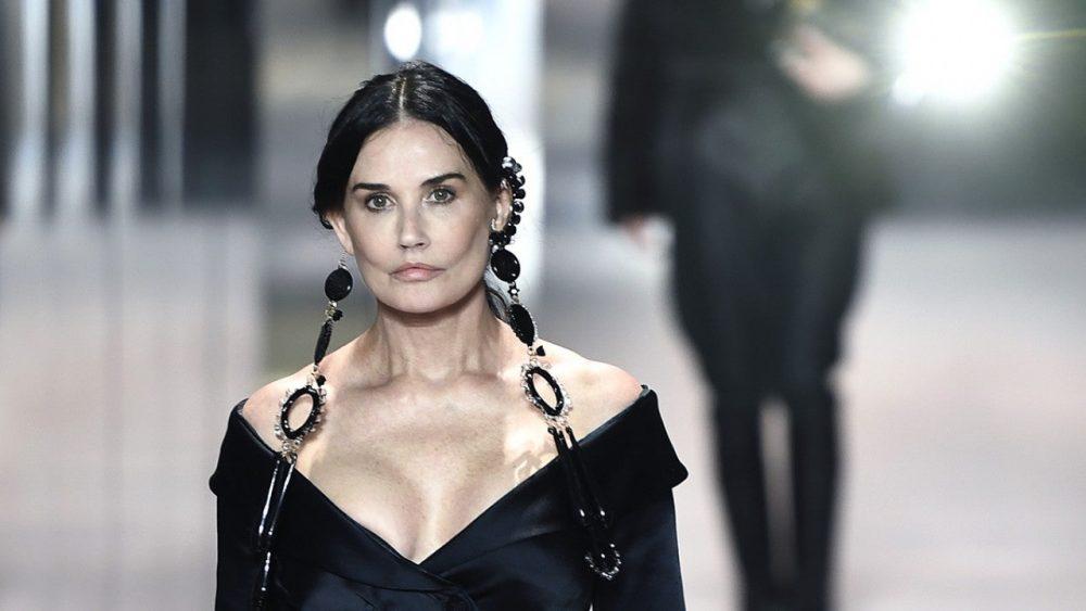 Demi (grante) Moore ha debutado como modelo en una pasarela de París con esta nueva cara fruto de una bichectomía