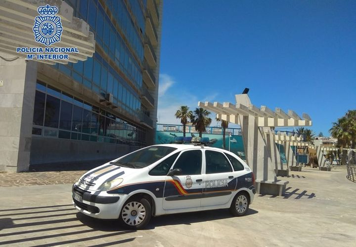 """Titular: """"Ingresa en prisión un hombre de 49 años y nacionalidad española al que un policía fuera de servicio detuvo cuando estaba perpetrando un robo a una mujer en el interior de su vehículo"""""""