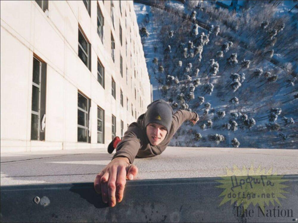 Cuando intentas imitar a los pirados que se cuelgan de fachadas con una mano y... te sale mal