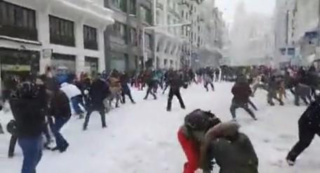 La pelea de bolas de nieve improvisada por las calles de Madrid que se está viralizando en todo el mundo