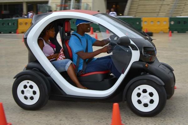 """Triggo: El coche eléctrico biplaza que se """"tumba"""" como las motos, y ocupa el mismo espacio"""