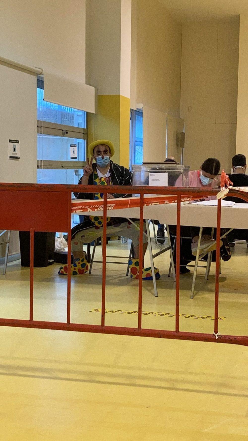 """Presidente de mesa electoral se viste de payaso para ir a juego con """"el circo de la democrachia"""""""