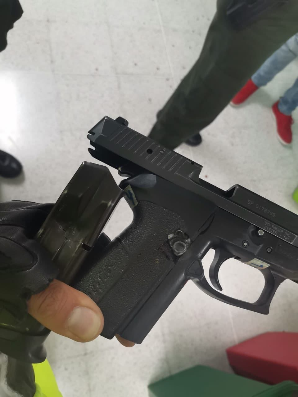"""Dos policías sobreviven a """"tremenda balasera"""" porque los disparos impactan en el casco y en el arma"""