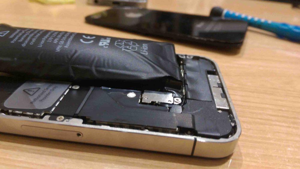 Un finolier se siente profundamente violetado tras comprar un móvil reacondicionado que se le quedó embarazado