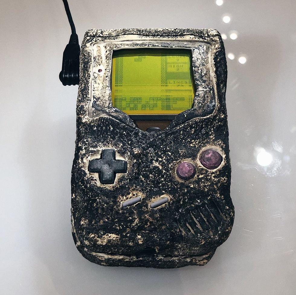 Arqueología de la Guerra del Golfo (1991). Una Game Boy que sobrevivió a un bombardeo iraquí sobre una base estadounidense.
