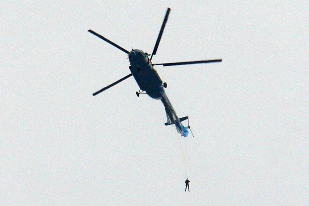 Una paracaidista chino se queda enganchado a un helicóptero Mi-8