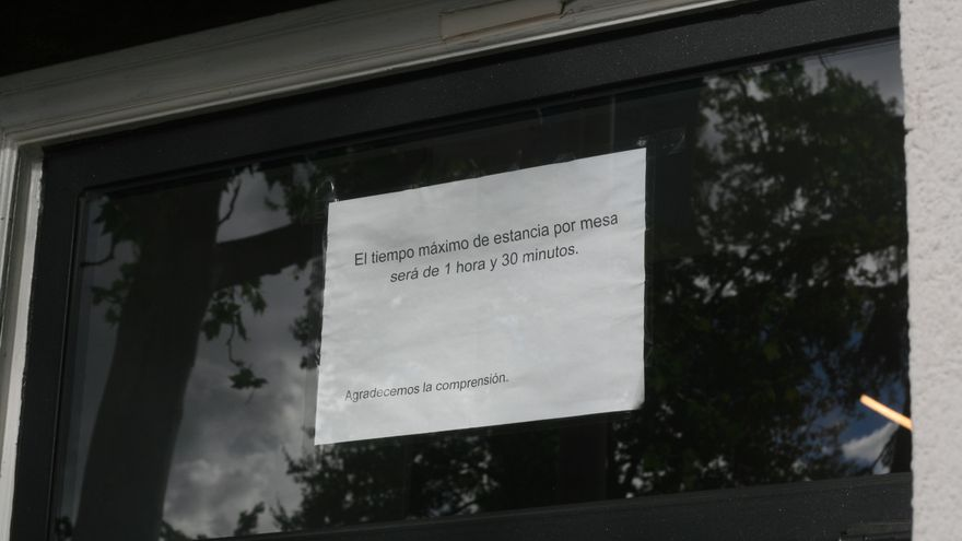 """Algunas terrazas de Madrid han empezado a cambiar sus políticas: Tiempo máximo y """"si no comes no hay café"""""""