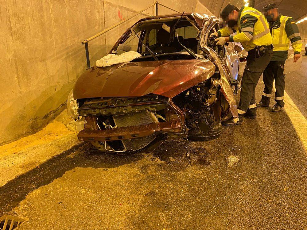 Fallece un joven de 24 años al chocar con la mediana en el túnel de la A-7