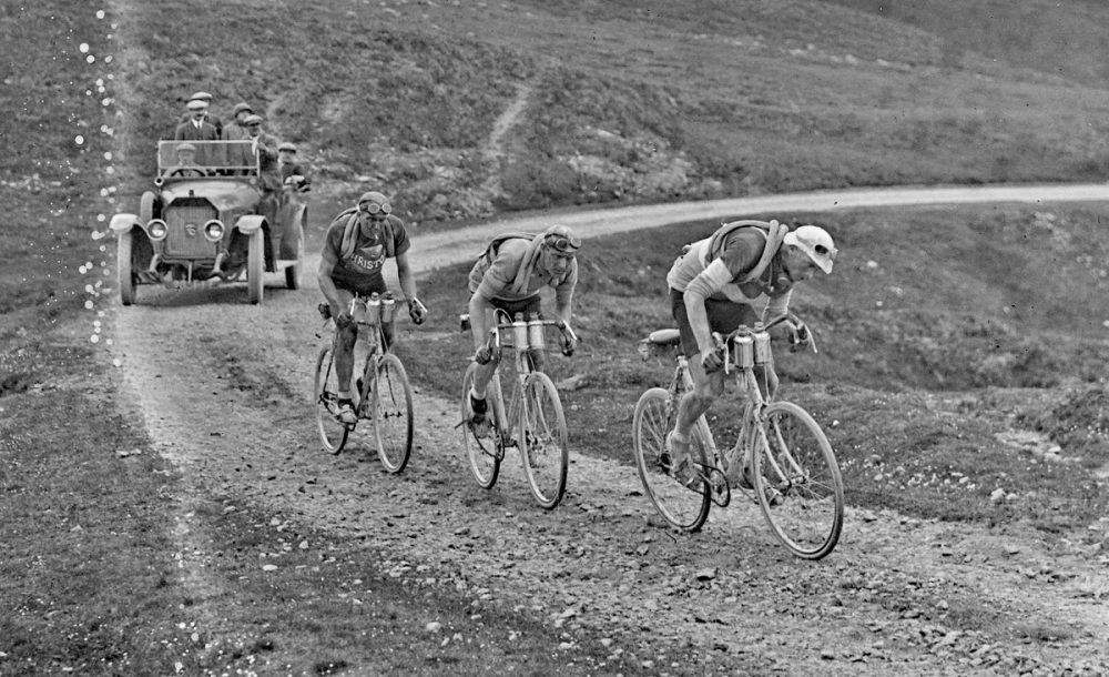 ¿Sabías que hace 80 años los ciclistas tenían la costumbre de fumar en plena carrera?