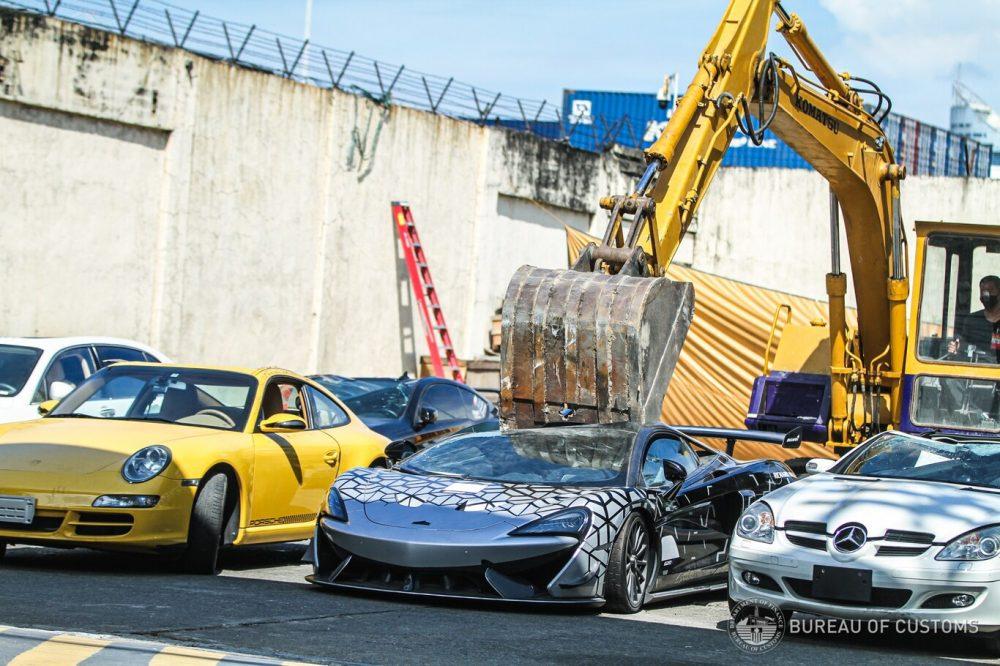 Filipinas lo ha vuelto a hacer: destruyen más de un millón de euros en coches de lujo, incluido un McLaren 620R de 330.000 euros