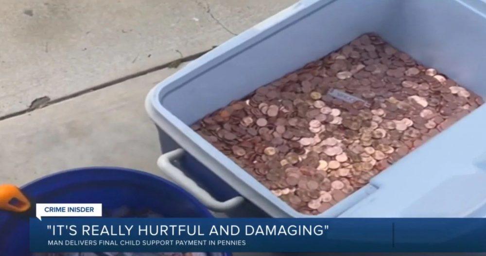 Descarga un volquete con 80.000 monedas delante de la casa de su ex para pagarle así la pensión alimenticia de su hijo