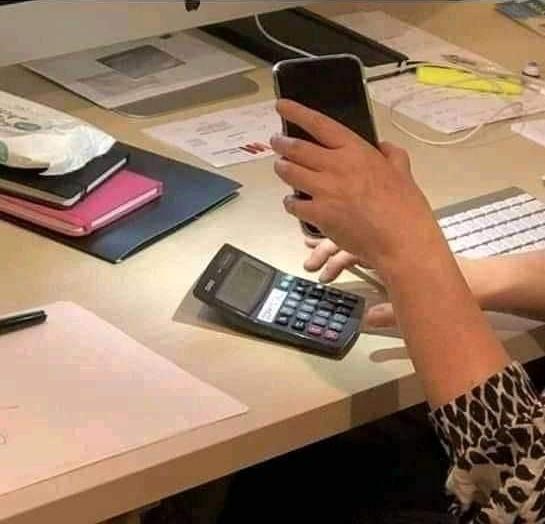 """""""La calculadora de mi mujer no funcionaba porque no había suficiente luz, así que le dije que usase el iphone. Esto no es a lo que me refería exactamente..."""""""