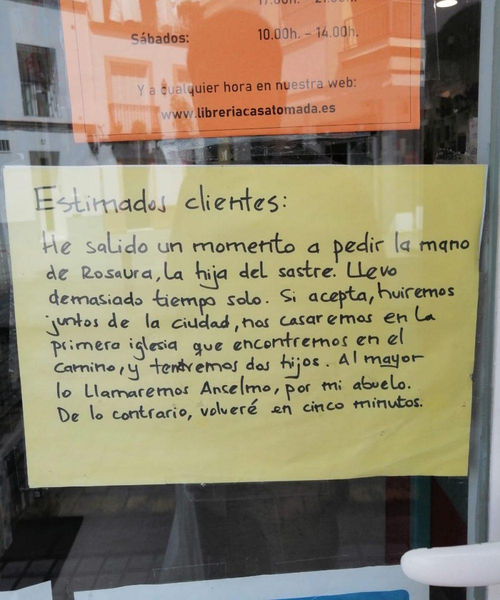 """Cartel de """"volveré en cinco minutos"""" visto en una librería española."""