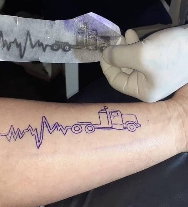 Tatuaje para recordar la antigua N1 entre Burgos y Vitoria