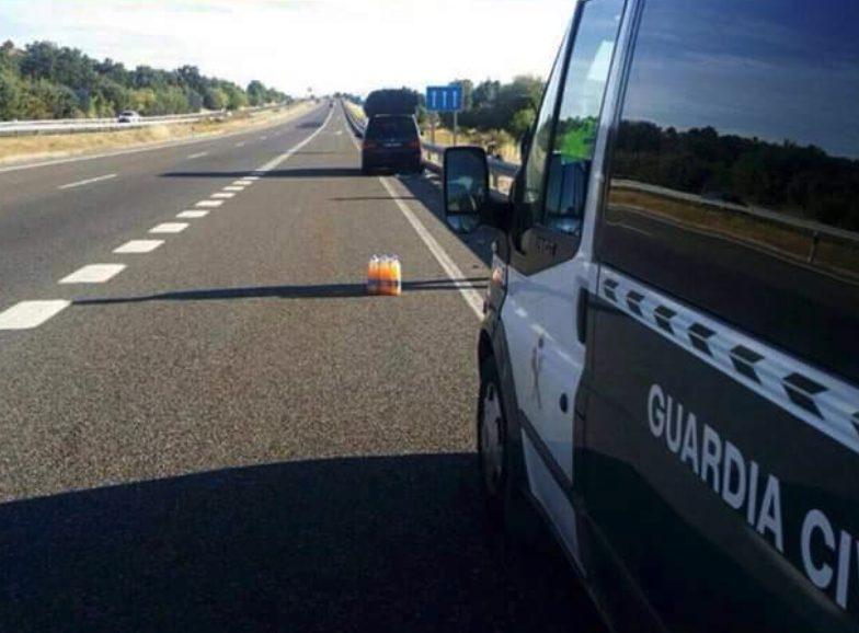 Utiliza detergente y botellas de Fanta a modo de triángulos de señalización (Almería)