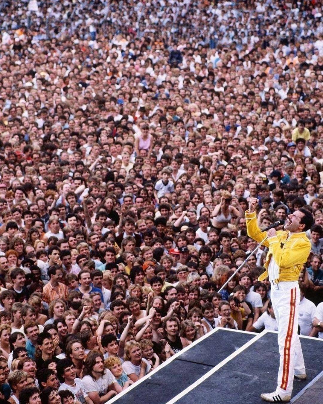Freddie Mercury en Wembley, 1986. Sin móviles, sin cámaras... solo gente disfrutando el momento.