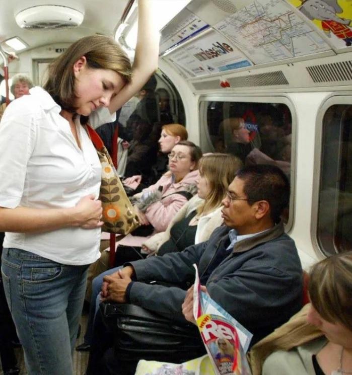 Te das cuenta de que es propaganda feminista cuando ves que la mujer embarazada se pone delante del hombre sentado esperando que le ceda su asiento, habiendo 4 tías en la misma situación que no le han ofrecido su asiento