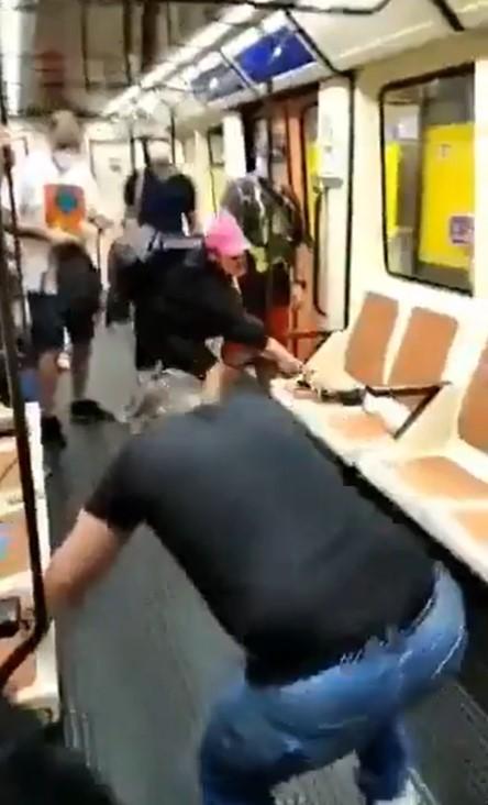 Ataca con un punzón en el ojo tras ser invitado a ponerse la mascarilla en el metro