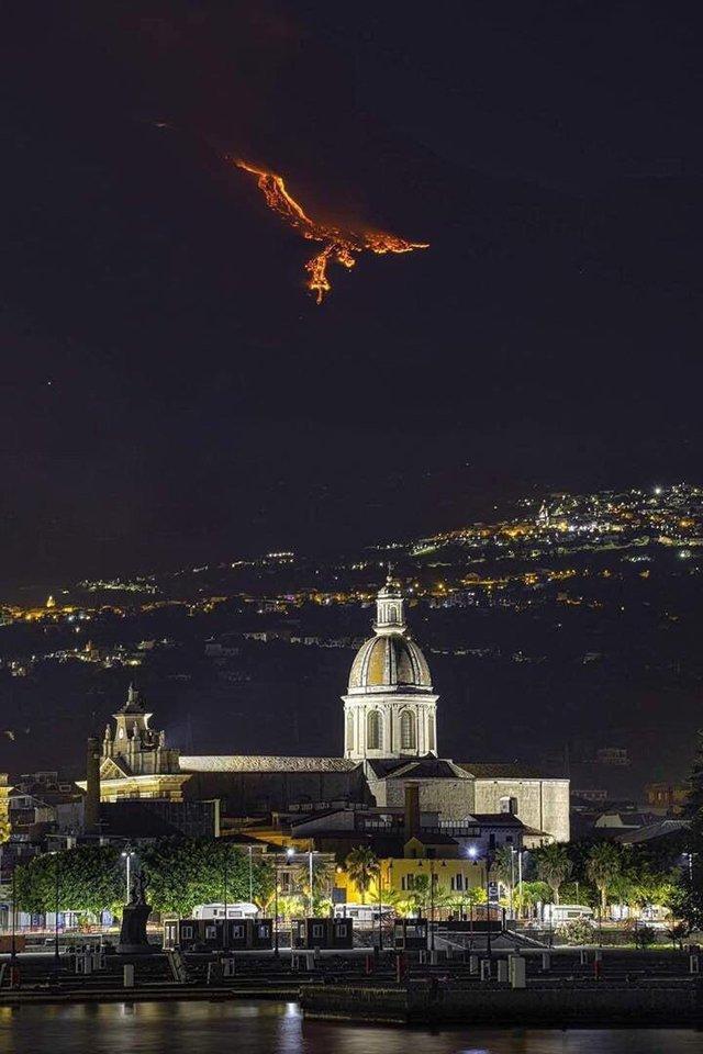 Parece un ave fénix pero es el monte Etna en erupción
