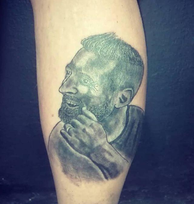 Fantástico tatuaje de Messi carbonero heroinómano