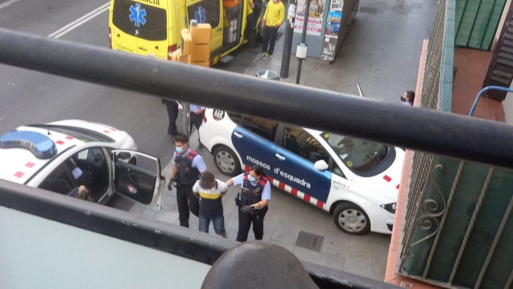 Intentan robar el móvil a una mujer y acaban detenidos los dos ladrones y la pareja de la víctima