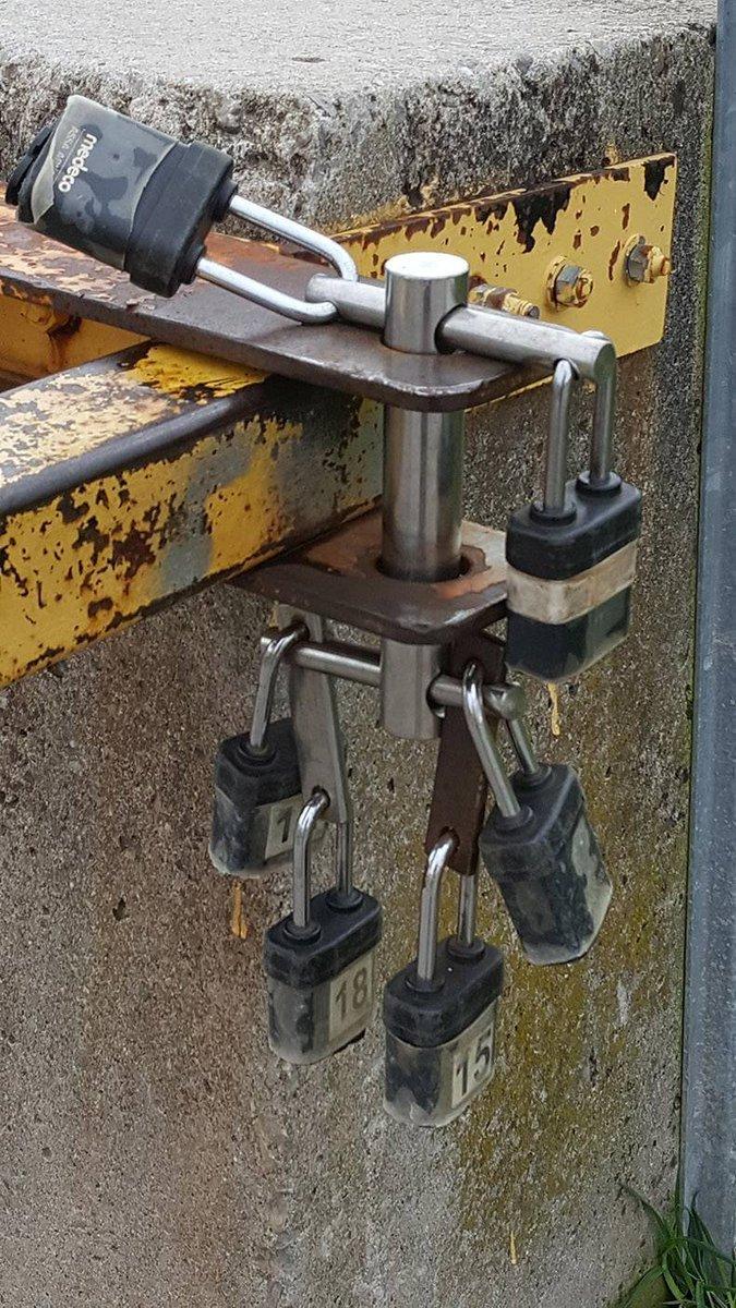 """Este candado """"comunitario"""" de un garaje se desbloquea abriendo cualquiera de sus candados individuales. Miradlo con cuidado."""