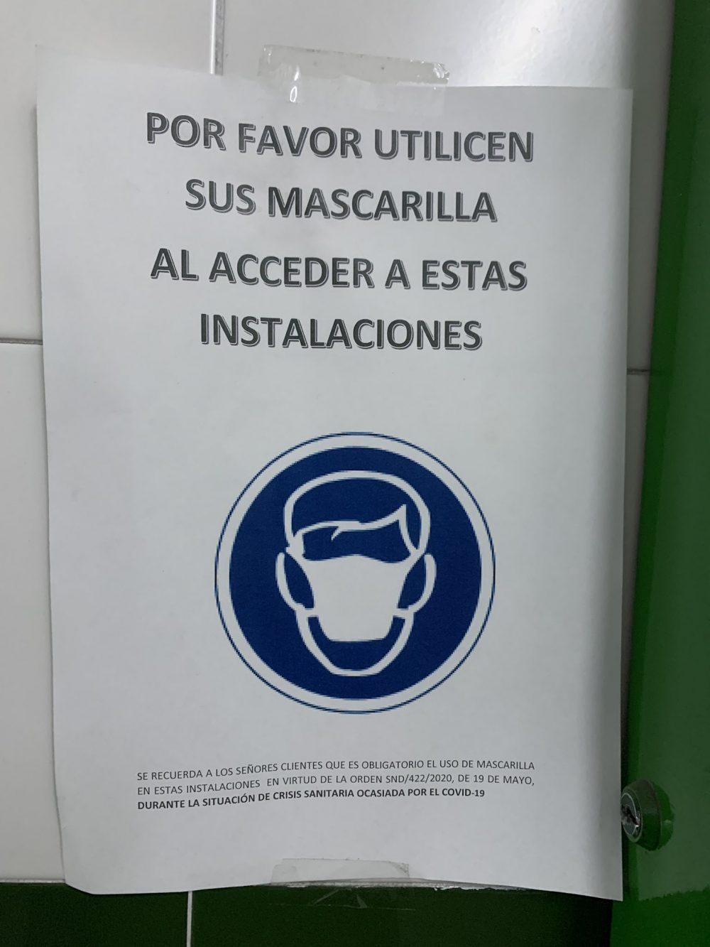 """En un Parking de Sevilla invitan a sus usuarios a que """"Utilicen sus mascarilla"""" de una forma un poco... rara"""