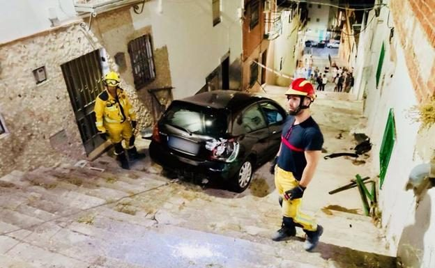 Un Ferrari Roma se atasca en una estrecha calle de Italia