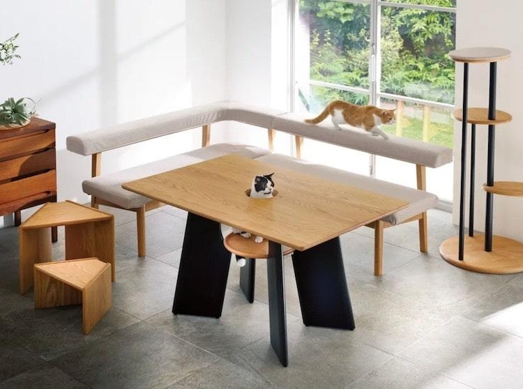 Una mesa de comedor creada para que tu gato pueda ser el centro de atención incluso mientras comes