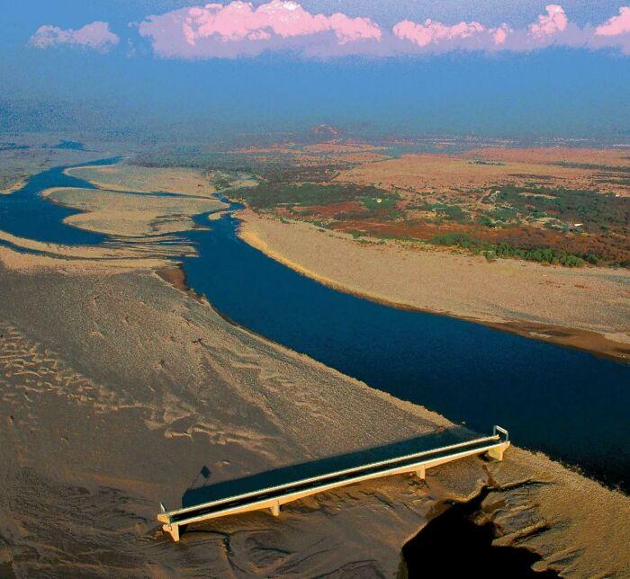 ¿Sabías que Honduras construyó un puente sobre el río Choluteca, pero el huracán Mitch cambió el cauce del río?