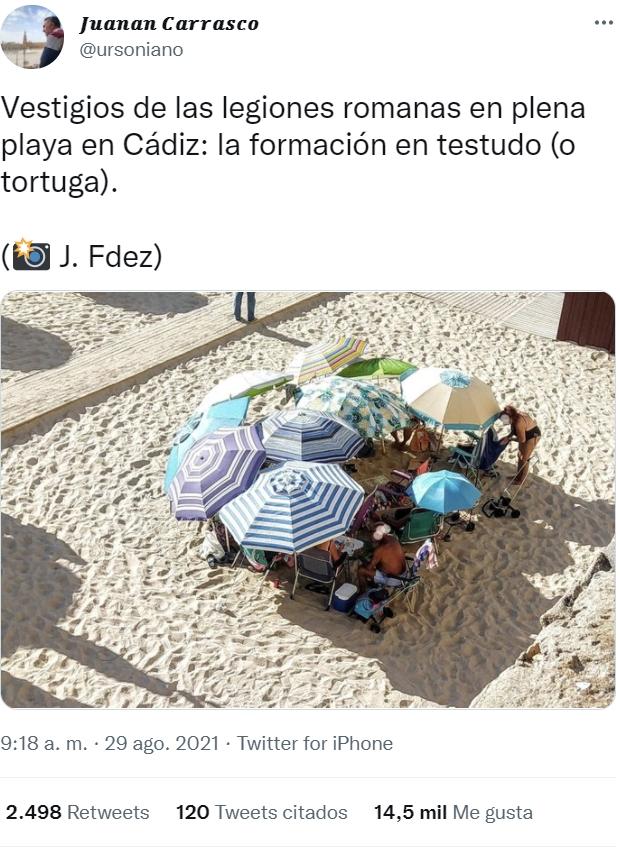 Formación tortuga para combatir el sol, vista en Cádiz.