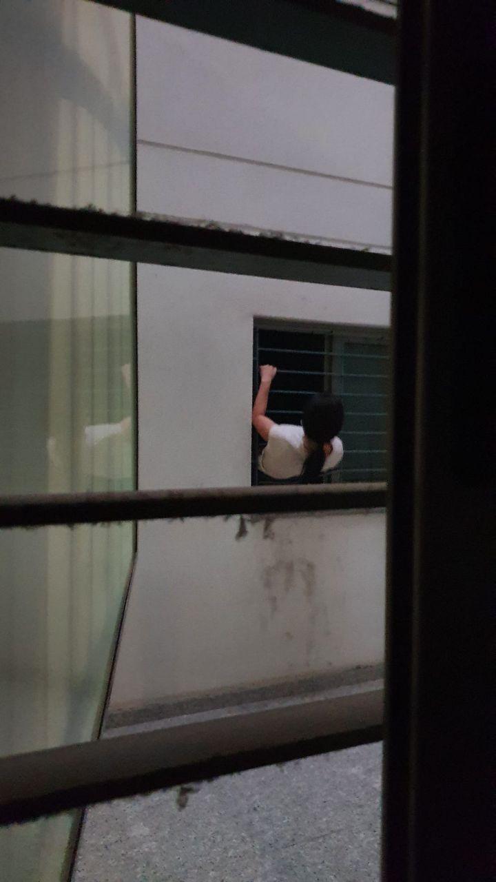 Una comunidad de vecinos indefensa ante un grupo de okupas que está intentando tirar abajo la puerta blindada usando una radial
