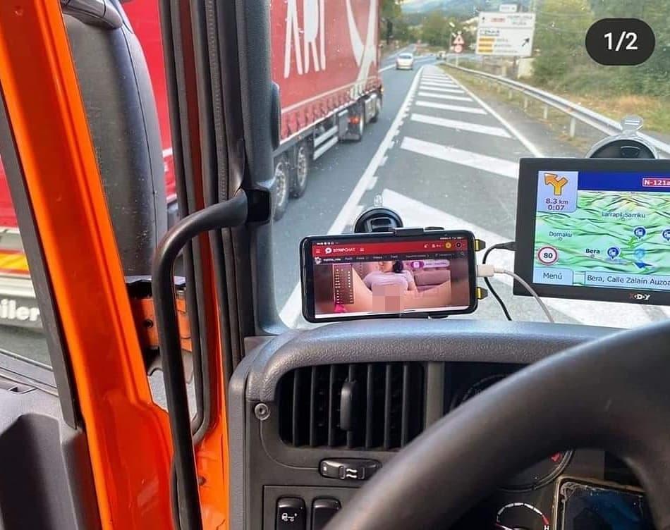 Pillado un camionero circulando por Bera (N121A-Navarra) mientras veía una película X, con presencia de drojas en el organismo y con drojas entre sus pertenencias.
