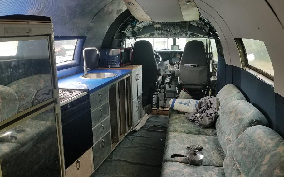 Se monta una autocaravana a partir del fuselaje de un avión