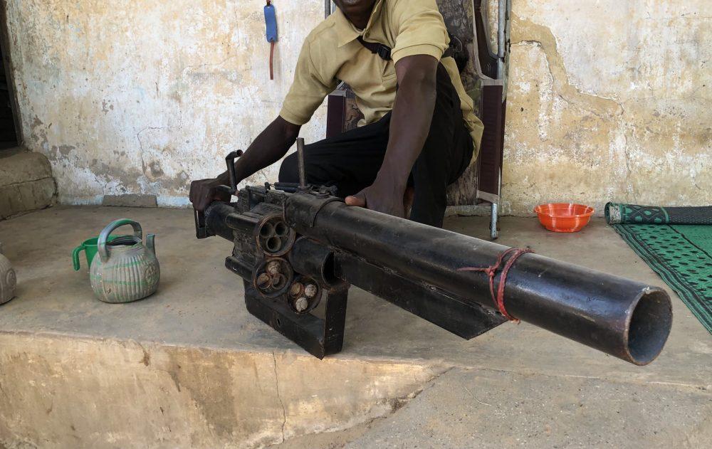 En el noroeste de Nigeria, los vigilantes luchan contra bandidos con armas caseras llamadas wagila que disparan cartuchos de batería usados.