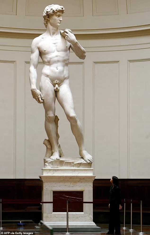 Han enviado la estatua a pixelar esa parte con un cincel