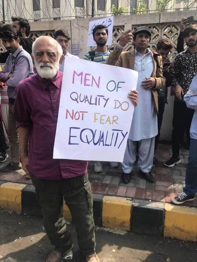 Pancarta vista en una marcha por los derechos de las mujeres en Pakistan